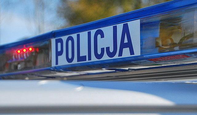 Nieprzytomna kobieta leżała w zaspie. Policjanci uratowali jej życie Sztafeta.pl