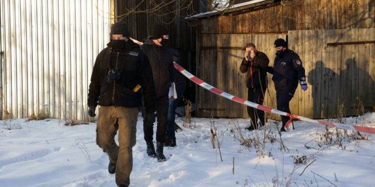 Zbrodnia w Zdziechowicach. Policjanci zabezpieczają teren.