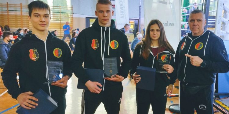 Od lewej: Wiktor Majdański, Tobiasz Zarzeczny, Roksana Lechoszest i trener Stali Stalowa Wola Boxing Team, Rafał Toporowski