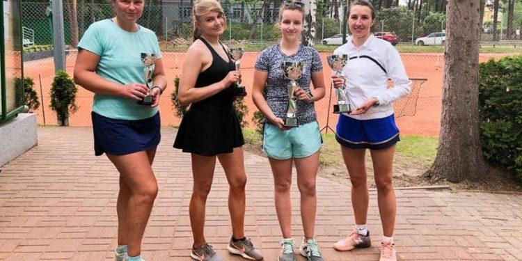Od lewej: Agnieszka Szeliga, Aleksandra Kruk, Wiktoria Bryniak, Agata Soja (fot. Miejski Klub Tenisowy Stalowa Wola)