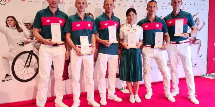 Reprezentacja polskich chodziarzy na Igrzyskach Olimpijskich w Tokio 2020. Drugi z prawej Artur Brzozowski ze Sparty Stalowa Wola
